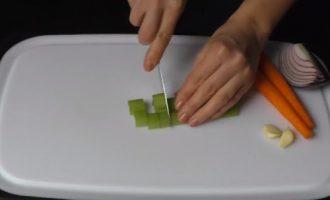 Нарезаем стебель сельдерея