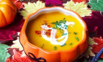 Подача тыквенного супа-пюре в красивой пиале