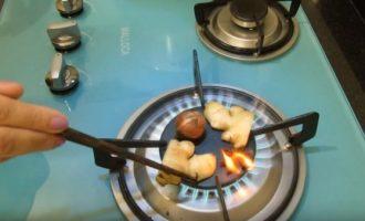 Поджариваем приправы для супа на плите