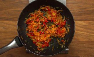 Обжариваем морковь и перец