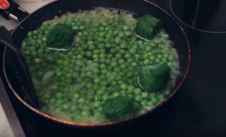 Горошек и шпинат тушим до мягкости