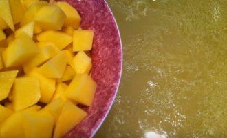 Добавляем картошку с суп