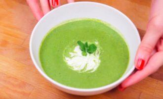 Подача супа-пюре со сметаной и мятой