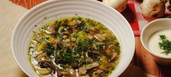 Перловый суп с мясом и грибами