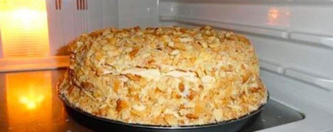 Десерт на полке холодильника