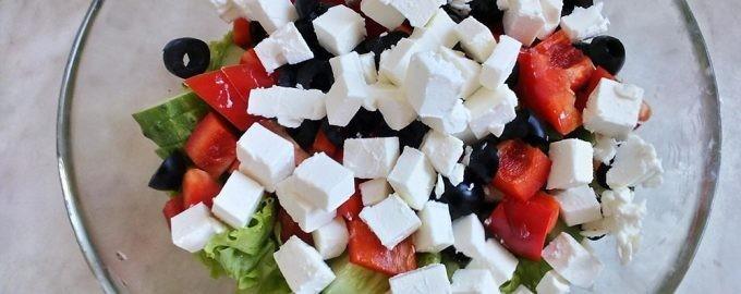 Нарезанные овощи в салатнице