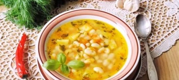 Суп фасолевый в белой тарелке