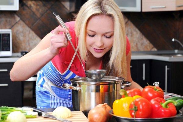 Девушка варит первое блюдо