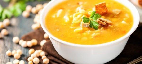 Гороховый суп с кусочками ветчины