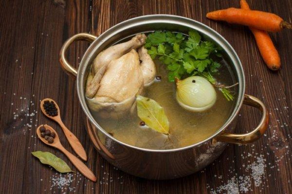 Куриный суп в кастрюле на столе