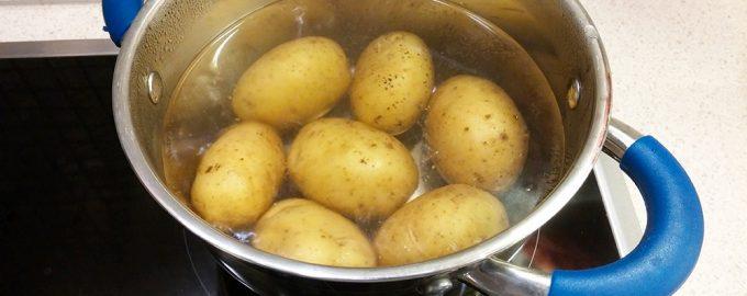 Картофель в мундире в кастрюле с водой