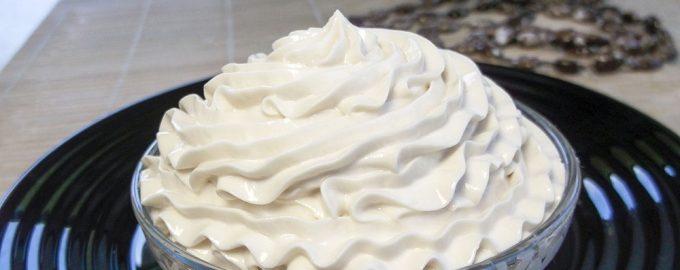 Взбиты вручную сливки для торта
