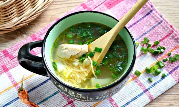 Жидкое блюдо с курицей, вермишелью и зеленью