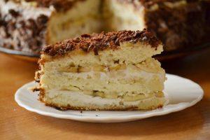 Кусок кейка на тарелке