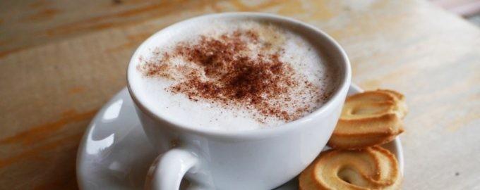 Чашка кофейного напитка с печеньками