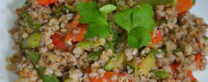 Гречневая каша с зеленью и овощами