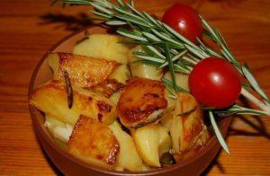 Картошка с розмарином и томатами черри