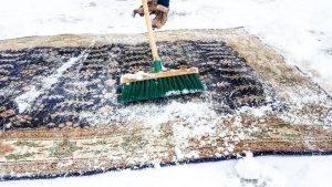 Ковер чистят снегом