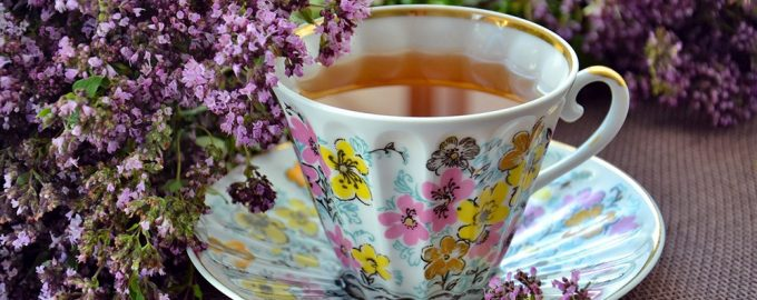 Кружка чая и ветка душицы