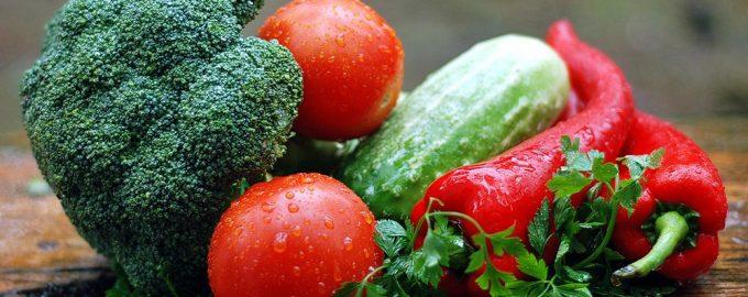 Овощи на столе в каплях воды