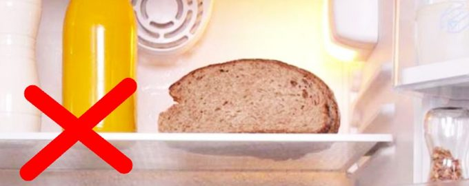 Хлеб на полке в холодильнике