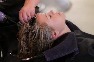 Феном сушит мокрые волосы