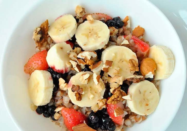 Гречка на завтрак с фруктами