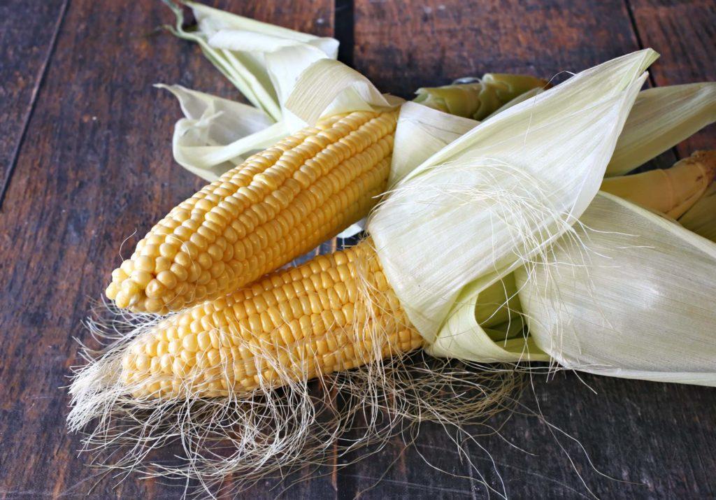 Удалите кукурузные листья и шелуху