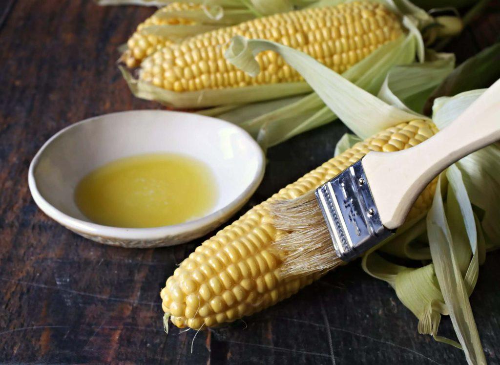 Смажьте кукурузу маслом