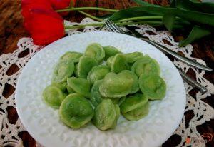 Вареные зеленые пельмени