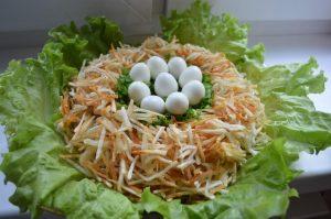 Салат гнездо глухаря на листьях салата