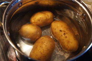 Варим картошку в мундире для салата
