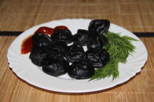 Вареные черные пельмени
