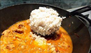 Добавление вареного риса к пересоленному плову