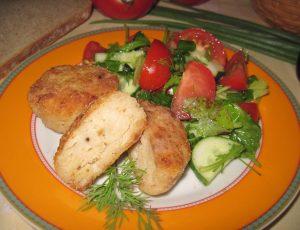 Рыбные котлеты с салатом