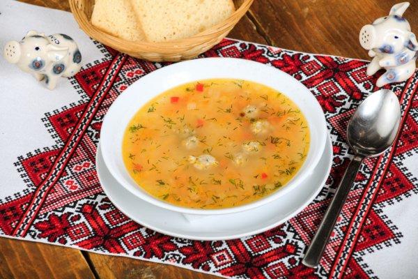 Тарелка супа на скатерти