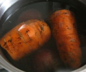 Варим морковь для оливье